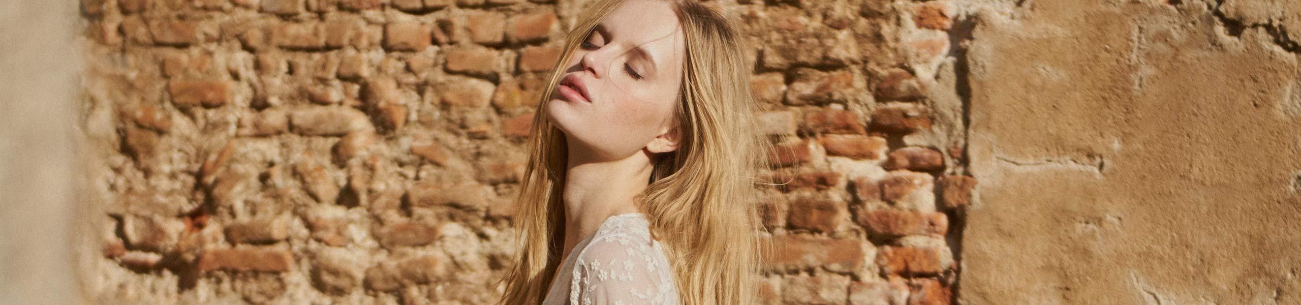 Mujer rubia al sol