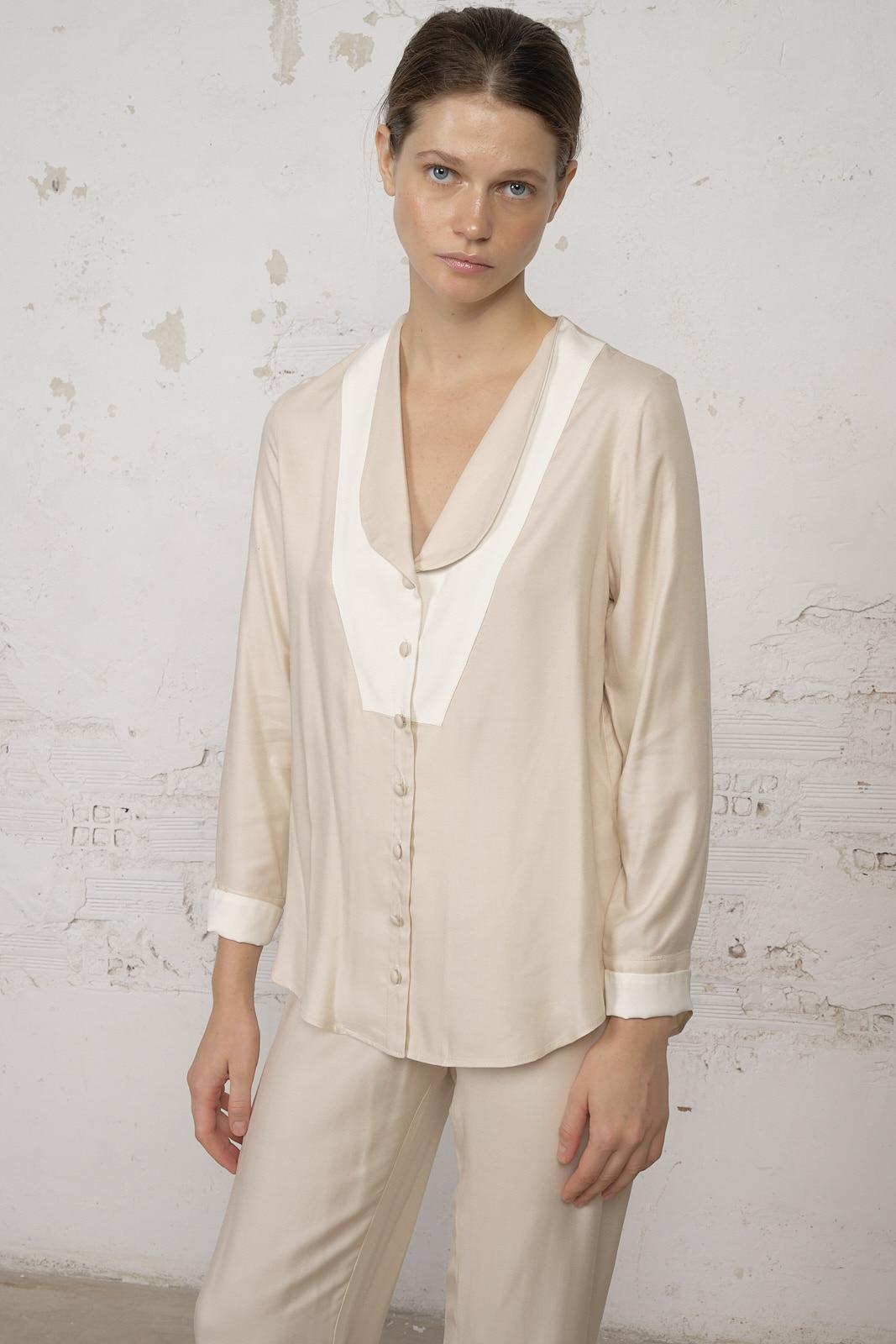 Pijama beige y blanco